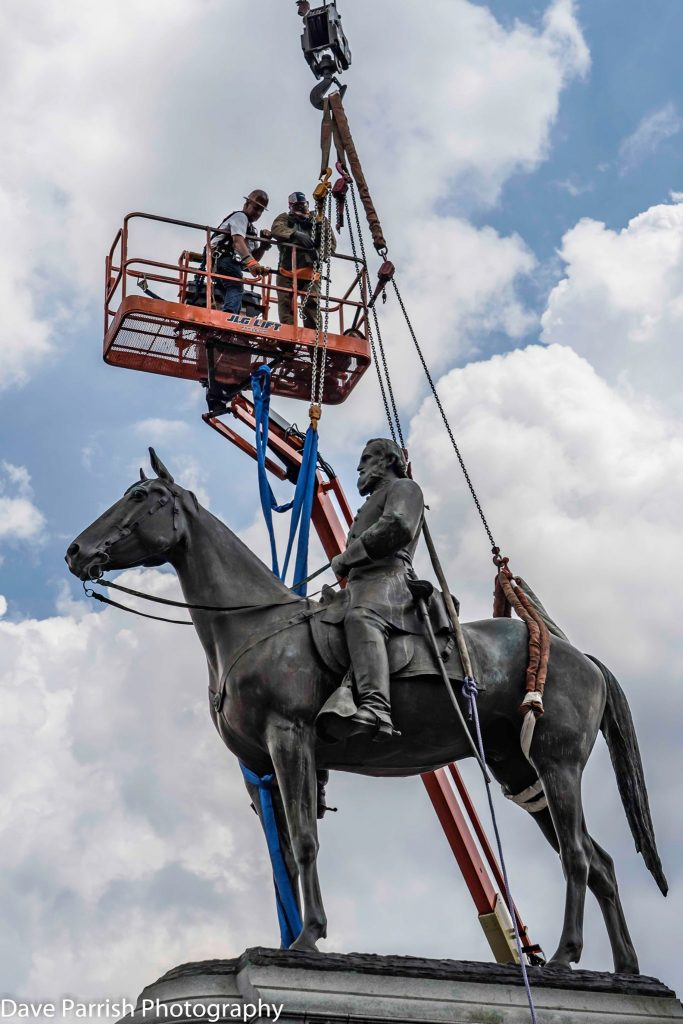 Men on crane at removal of the General Lee statue
